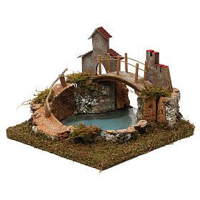 Laghetto di montagna con ponte e animali s3