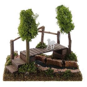 Ponte presepe, ruscelli, staccionate: Fiume con ponte e alberi di lichene