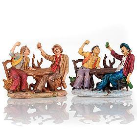 Bevitori al tavolo con bicchiere alzato 10 cm s1