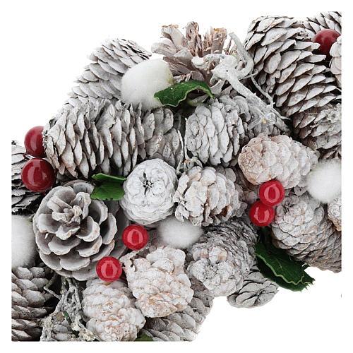 Coroa de Natal branca pinhas e azevinho 33 cm 2