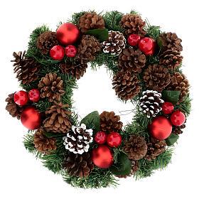 Couronne décorée Noël pommes de pin rouges et feuilles 32 cm s1
