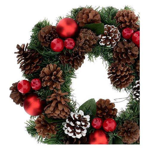Couronne décorée Noël pommes de pin rouges et feuilles 32 cm 2