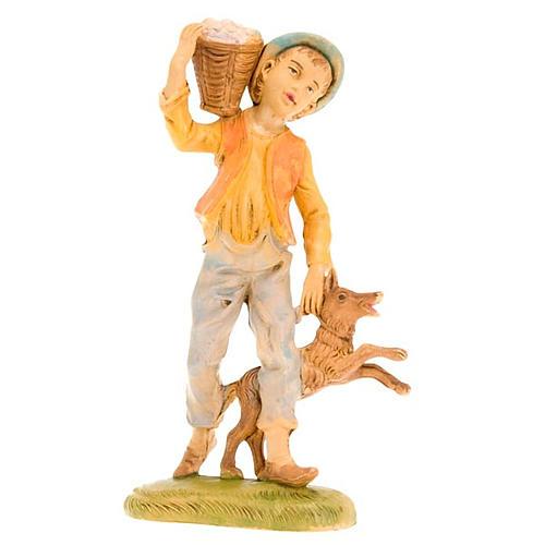 Ragazzo con cesto sulla spalla e cane 18 cm 1