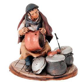 Santon crèche de Noël homme avec cocottes s1