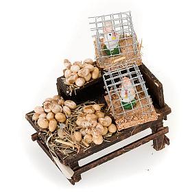 Szopka neapolitańska: Lada drewniana z jajkami i kury z terakoty do szopki