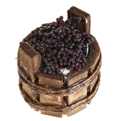 round basket with red grapes 1