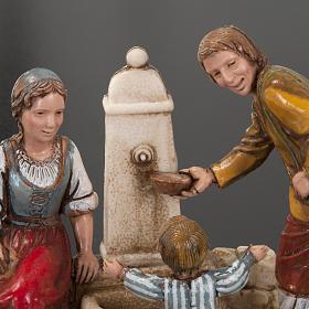 Otoczenie szopki Moranduzzo rodzina przy fontannie 10 cm s4