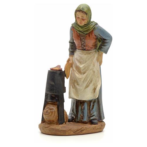 Paysanne avec chaudron crèche 20 cm résine 1