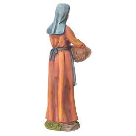 Agricultora con cesta para belenes de 30cm, resina s3