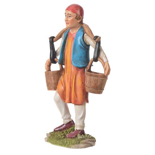 Hombre llevando agua para belenes de 30cm, resina 2
