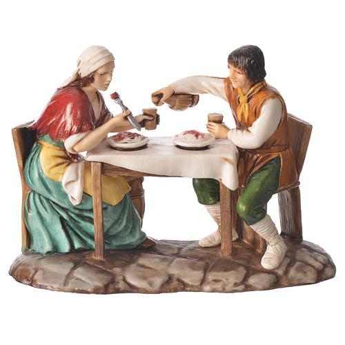 Grupo homem e mulher na mesa presépio Moranduzzo com figuras de  altura média 10 cm 1