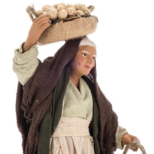Donna anziana con uova 14 cm 2