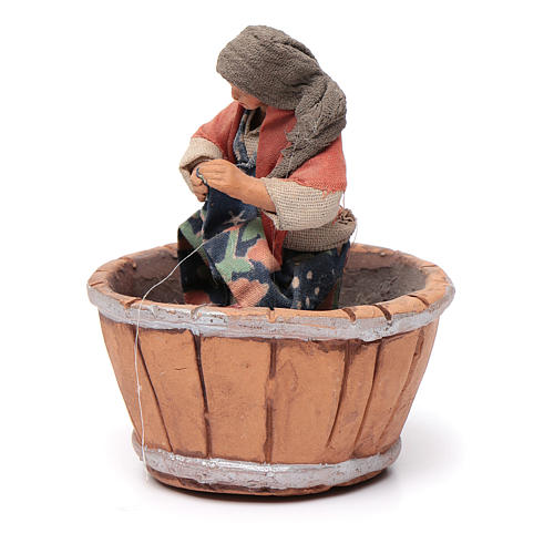 Neapolitan Nativity figurine, woman treading grapes, 10 cm 2