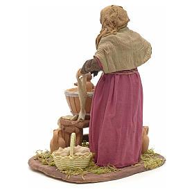 Donna che lava bimbo 24 cm presepe napoletano s3