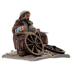 Man fixing wheels 10cm neapolitan Nativity s3