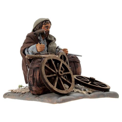 Man fixing wheels 10cm neapolitan Nativity 3