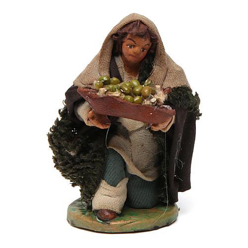 Homme à genoux avec olives panier en cuir 10 cm crèche Naples 1