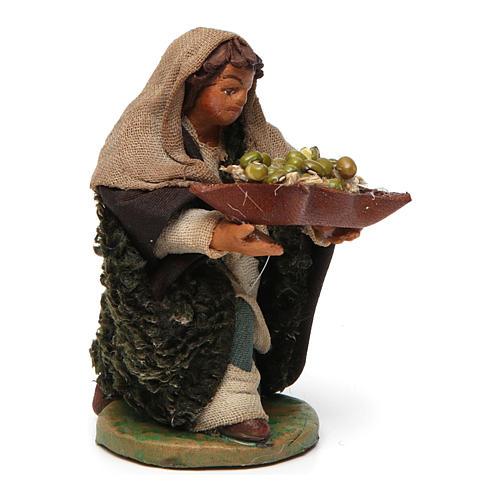 Uomo in ginocchio con olive cesto cuoio 10 cm presepe Napoli 3