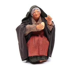 Donna con pane per tavolata 10 cm presepe Napoli s1