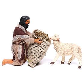 Pastore in ginocchio dà da mangiare a pecora 12 cm presepe Napoli s1