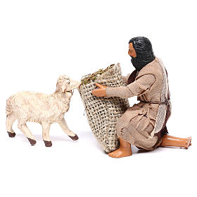 Pastore in ginocchio dà da mangiare a pecora 12 cm presepe Napoli s5