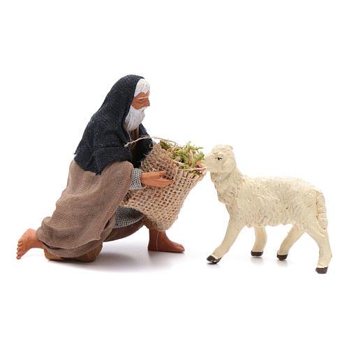 Pastore in ginocchio dà da mangiare a pecora 12 cm presepe Napoli 1