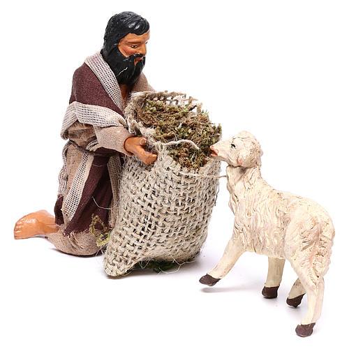 Pastore in ginocchio dà da mangiare a pecora 12 cm presepe Napoli 3