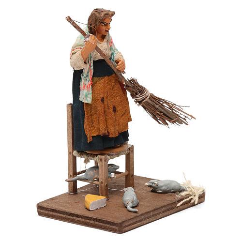 Donna che scaccia i topi 10 cm presepe napoletano 3