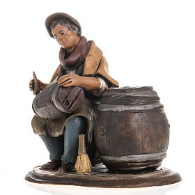 Man fixing casks, 18cm terracotta s2