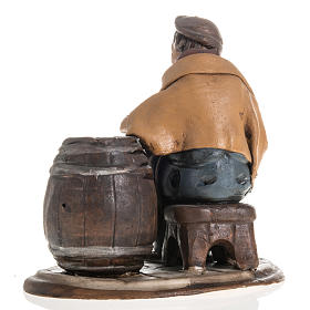 Man fixing casks, 18cm terracotta s4