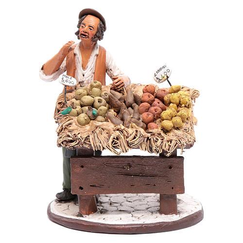 Uomo con banco frutta presepe Deruta 18 cm in terracotta 1