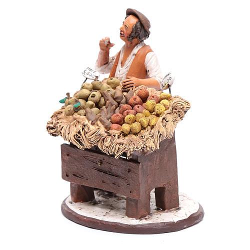 Uomo con banco frutta presepe Deruta 18 cm in terracotta 2
