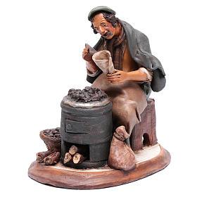 Uomo con caldarroste per presepe Deruta 30 cm terracotta s2