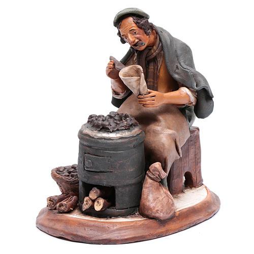 Uomo con caldarroste per presepe Deruta 30 cm terracotta 2