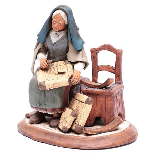Anciana que arregla sillas para belén 30 cm terracota 2