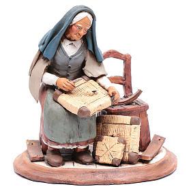 Vieille femme réparatrice de chaises pour crèche 30 cm en terre cuite Deruta s1