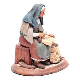 Vieille femme réparatrice de chaises pour crèche 30 cm en terre cuite Deruta s4