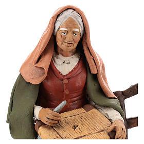 Vieille femme réparatrice de chaises pour crèche 30 cm en terre cuite Deruta s2