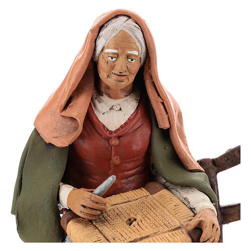 Vieille femme réparatrice de chaises pour crèche 30 cm en terre cuite Deruta 2
