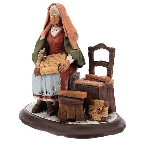Vieille femme réparatrice de chaises pour crèche 30 cm en terre cuite Deruta 3