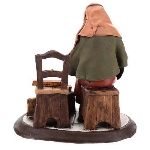 Vieille femme réparatrice de chaises pour crèche 30 cm en terre cuite Deruta 5