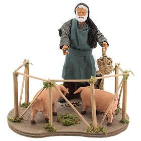 Uomo dà da mangiare ai maiali 14 cm movimento s1