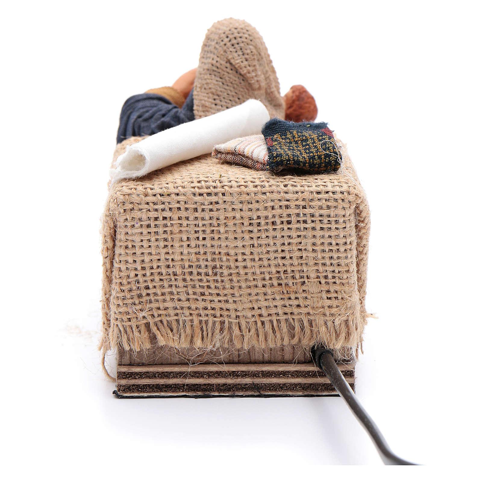 Maman caresse son fils assise crèche napolitaine 12 cm animation 4