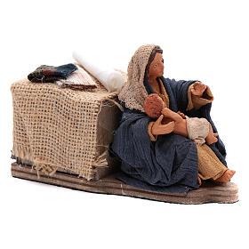 Maman caresse son fils assise crèche napolitaine 12 cm animation s3