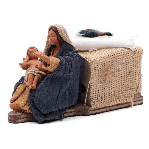 Maman caresse son fils assise crèche napolitaine 12 cm animation 2
