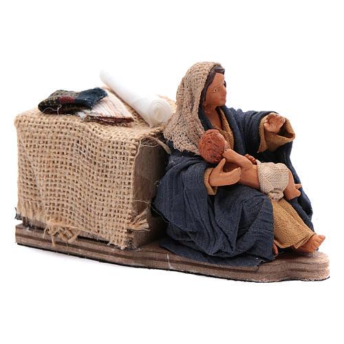 Maman caresse son fils assise crèche napolitaine 12 cm animation 3