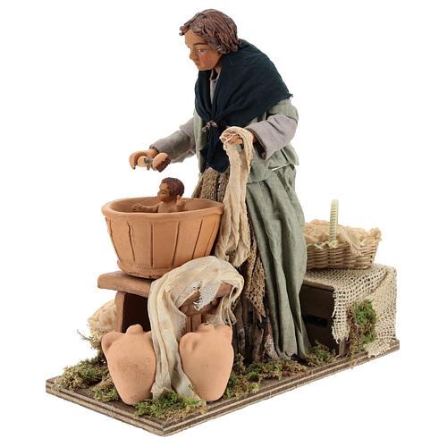 Mujer lavando al niño movimiento Belén Napolitano 24 cm 2