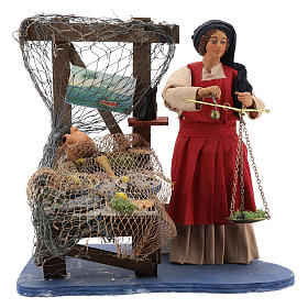 Presépio Napolitano: Mulher com balança vendendo peixe movimento presépio napolitano figuras altura média 24 cm