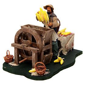 Homme qui égraine des épis de maïs en mouvement pour crèche napolitaine de 12 cm s2
