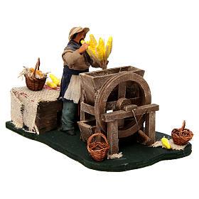 Homme qui égraine des épis de maïs en mouvement pour crèche napolitaine de 12 cm s3